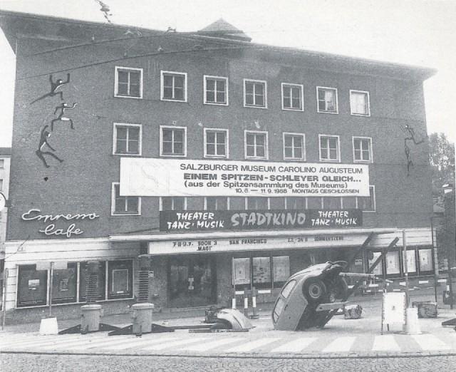 Das ehemalige Stadtkino mit der Vorplatzgestaltung von Gerd Gratschmaier, 1988